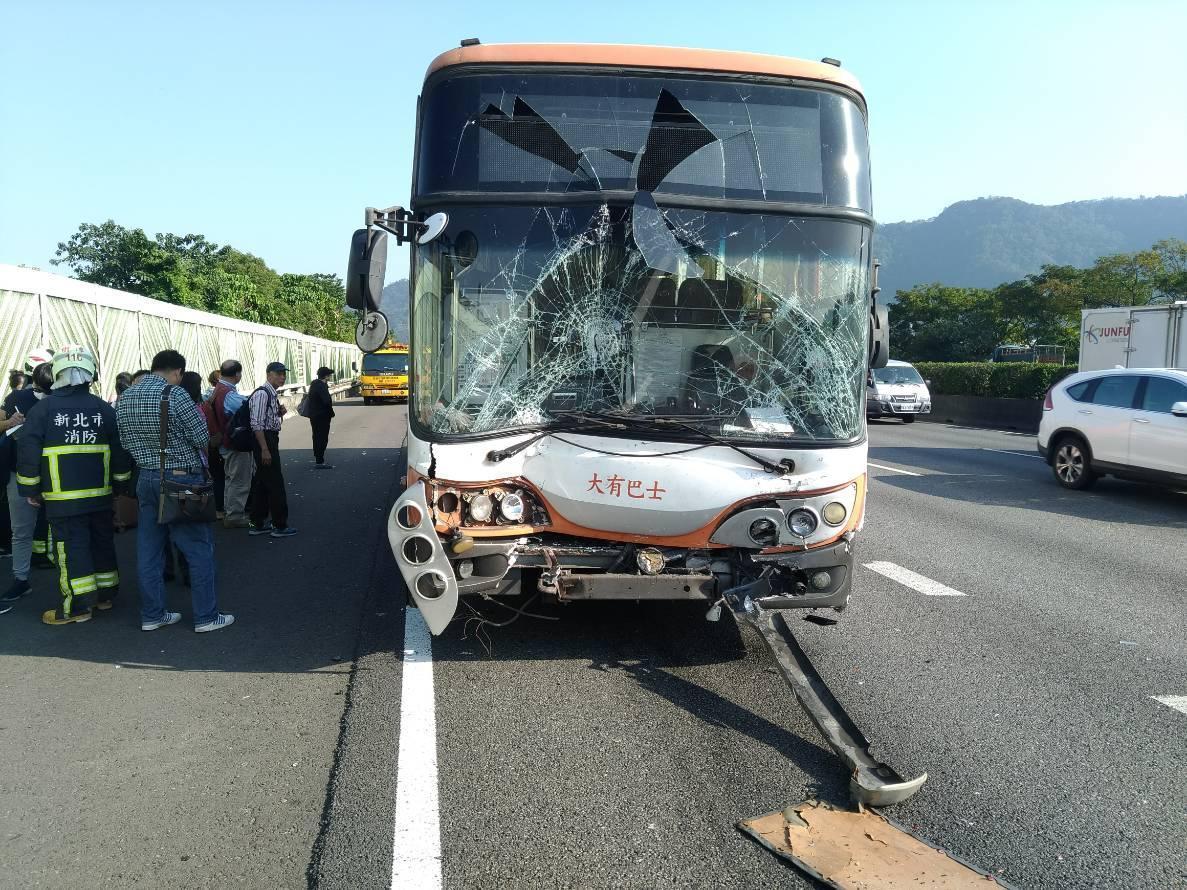 遊覽車擋風玻璃幾乎全毀,車上有1人送醫。(翻攝畫面)