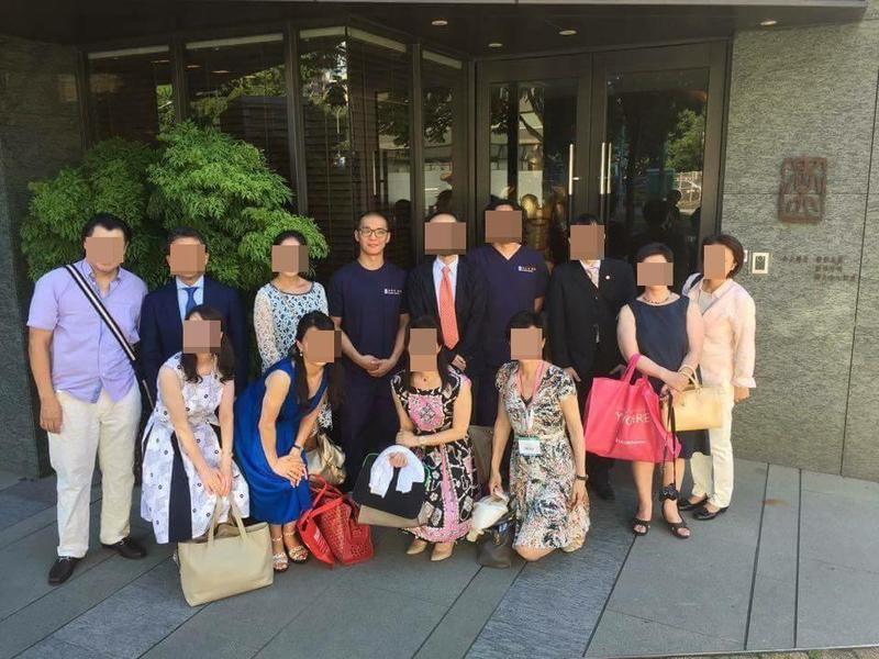 黃博健(後排左四)被爆料無醫師執照,卻屢屢穿醫袍受訪拍照。(翻攝杏立博全臉書)