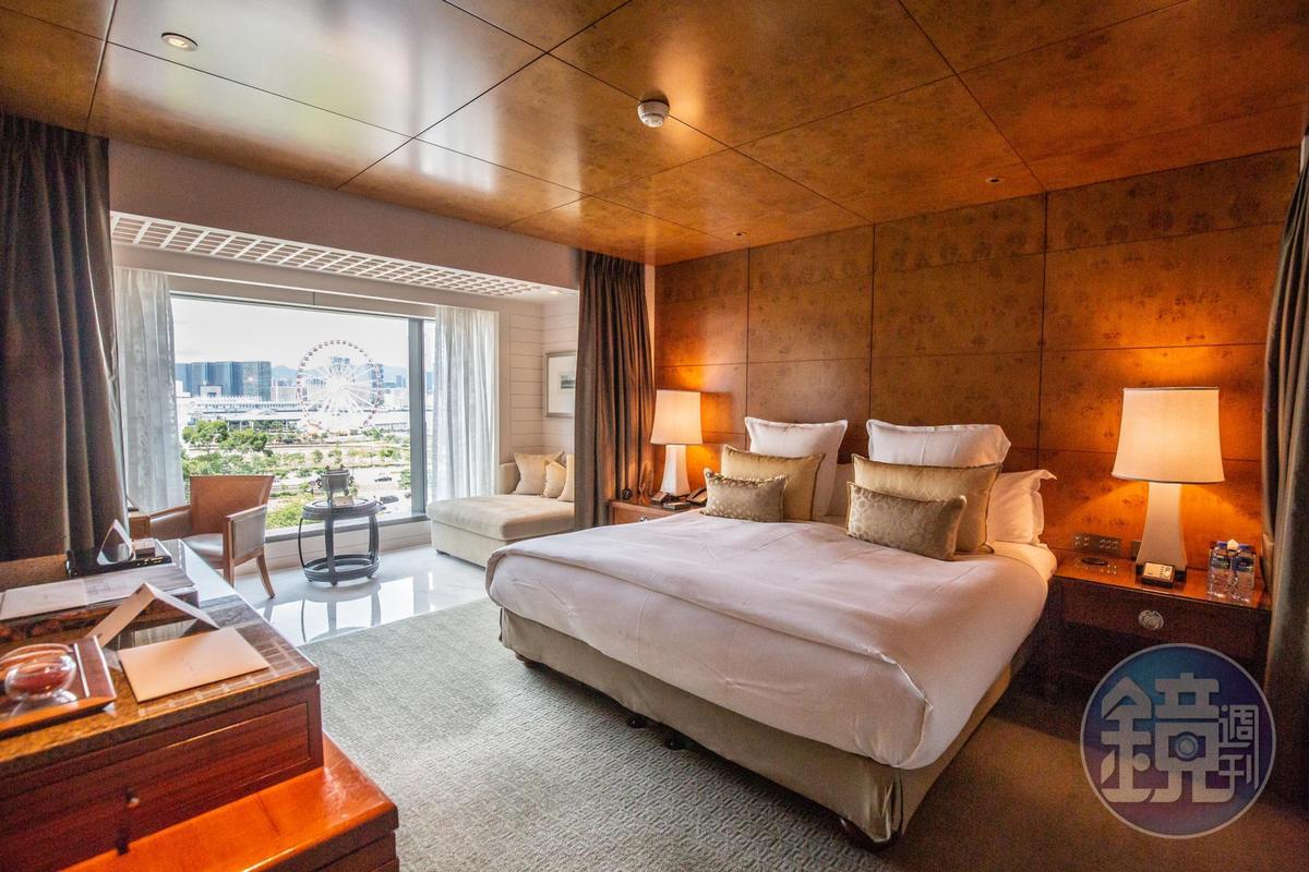 「海景房」能夠飽覽維多利亞港的摩天輪與海景。