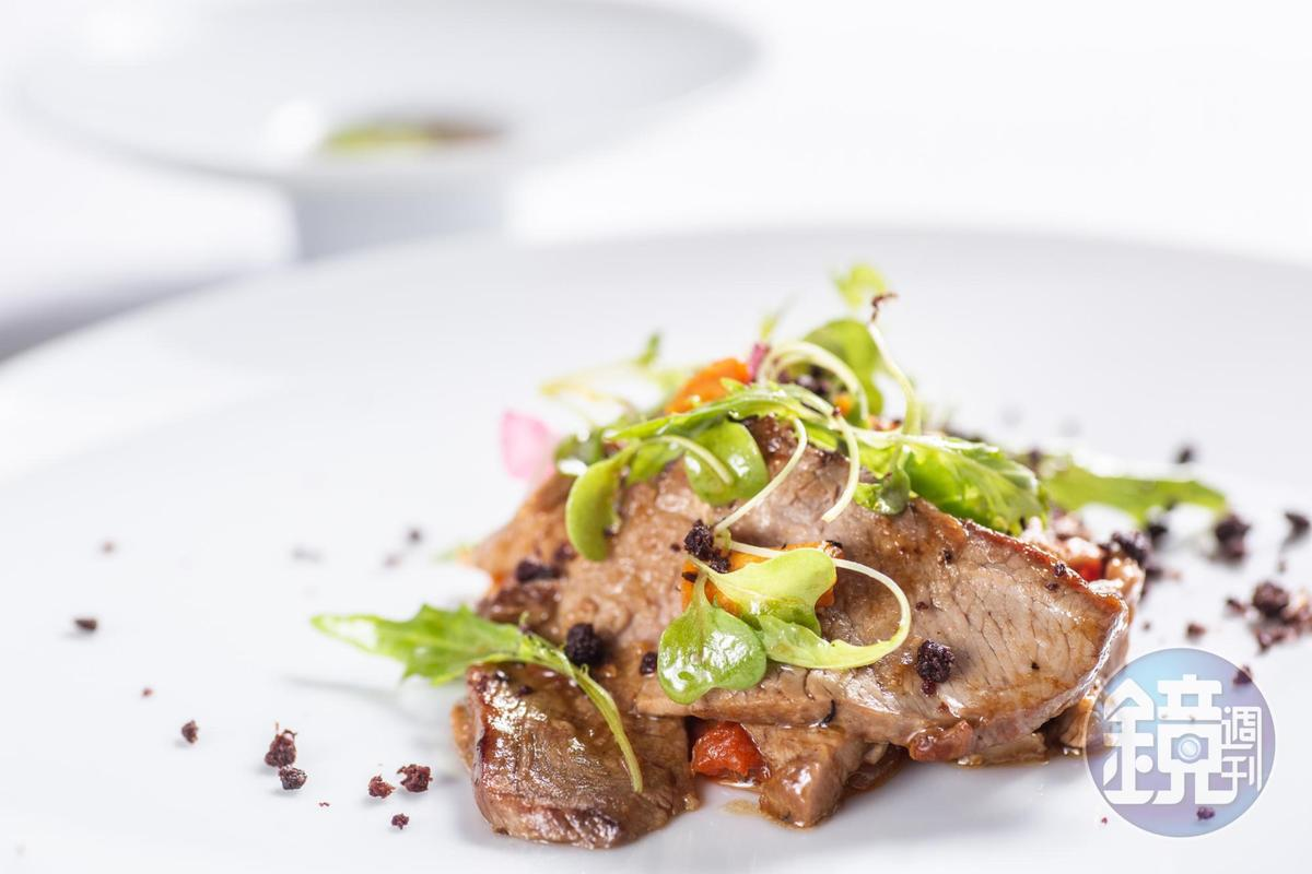 以香草醃漬的「香草烤羊腿」是主廚招牌菜之一。(特製套餐菜色,港幣1,400~1,800元/人,約NT$5,544~7,128)