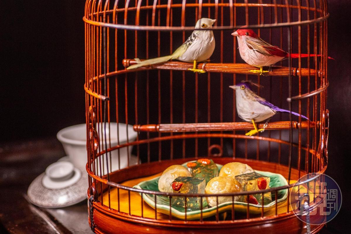 以香港懷舊風格特製鳥籠上桌的「美點雙輝」,視覺效果十足。(特製套餐菜色,港幣1,200元/人,約NT$4,752)