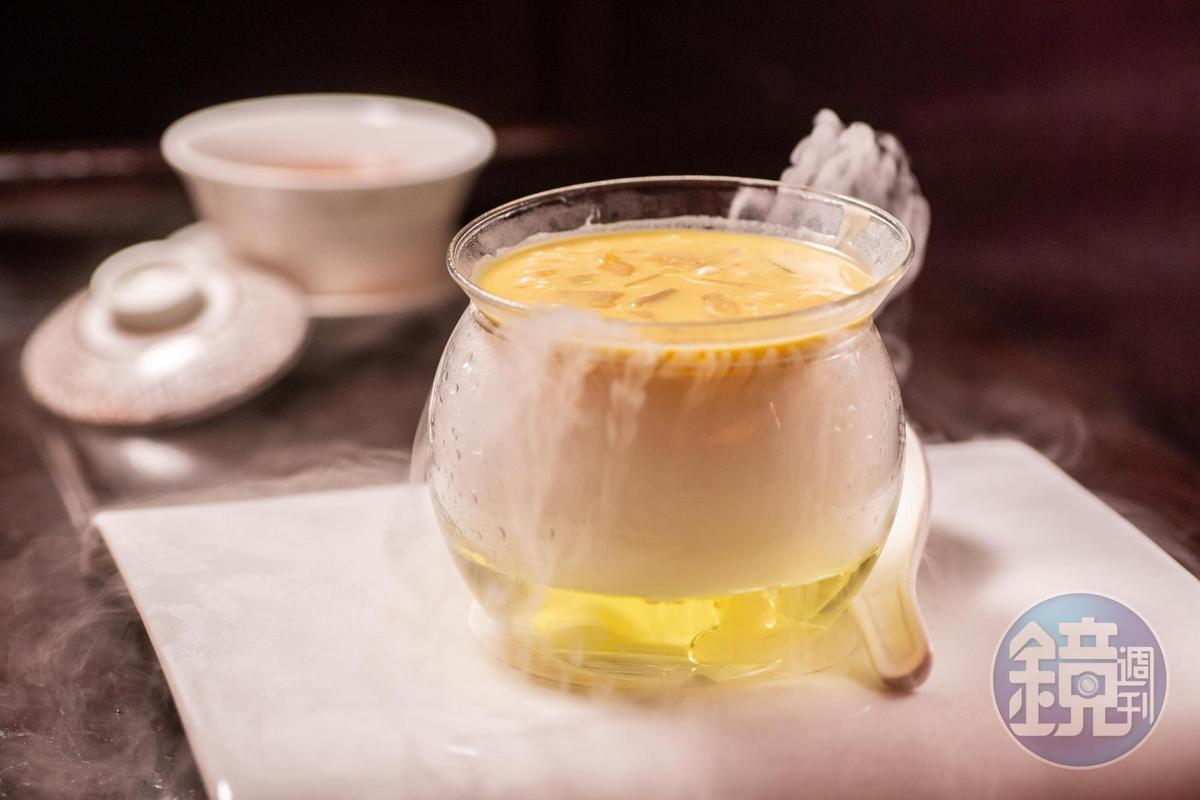 以冰瀑出場的「椰糖楊枝甘露」,是文華廳必吃的甜點。(特製套餐菜色,港幣1,200元/人,約NT$4,752)