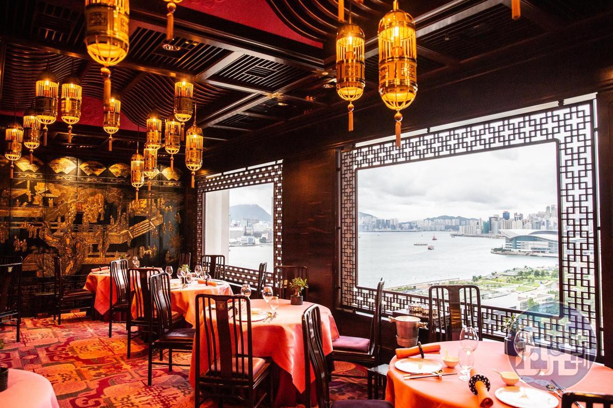 「文華廳」是2018年米其林一星餐廳,用餐時就能欣賞維港風光。