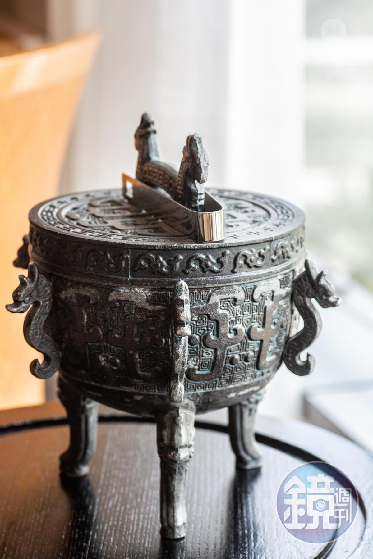 設計精緻的青銅器裝飾,其實是客房內的冰桶。