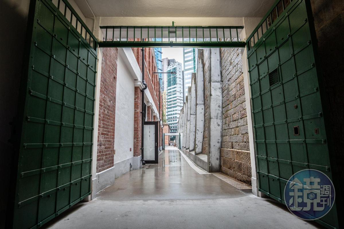 本地人俗稱的監獄出入口「藍閘」,其實最早是漆成綠色。