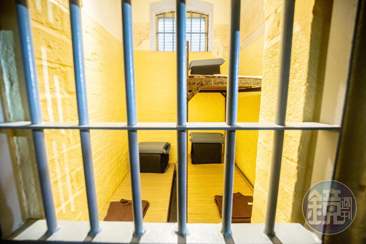 牢房裡重現當時囚犯的起居空間。