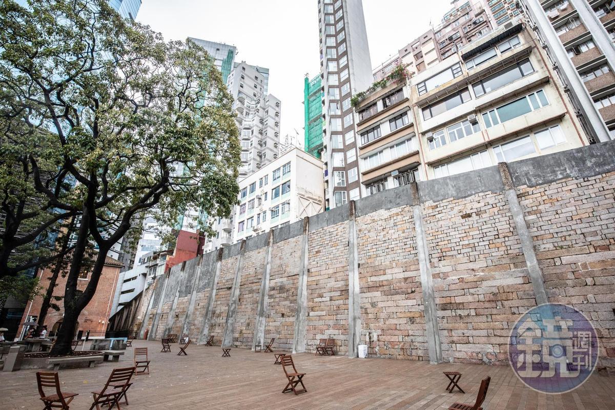 原先比民居高聳的監獄城牆,最終還是追趕不上摩天大樓的建設速度。