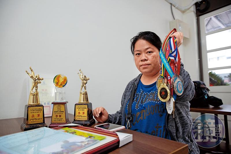罹難者陳睿杰母親拿著兒子30多面獎牌難過地說:「我的小孩很可能是體壇台灣之光,如今希望都破滅了」。