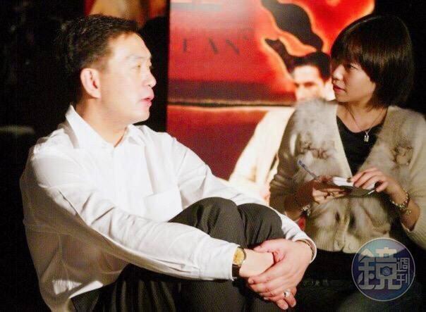 嚴凱泰接受專訪時雙手環抱著腿,一副輕鬆自在的慵懶模樣,完全沒有大老闆的威嚴。
