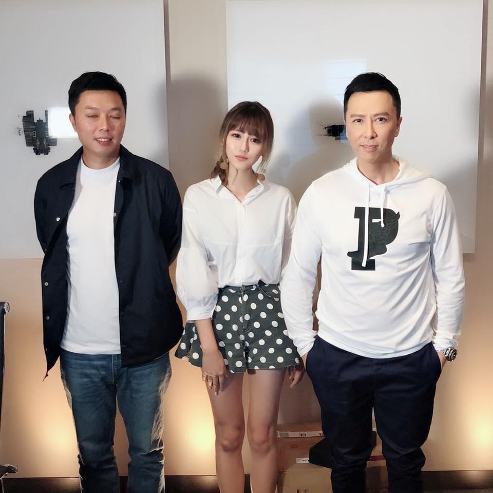 劉佳佳(中)曬過和甄子丹的合影,娛樂記者的職位讓她可以接觸不少大明星,也讓她找到男友。(翻攝自劉佳佳臉書)