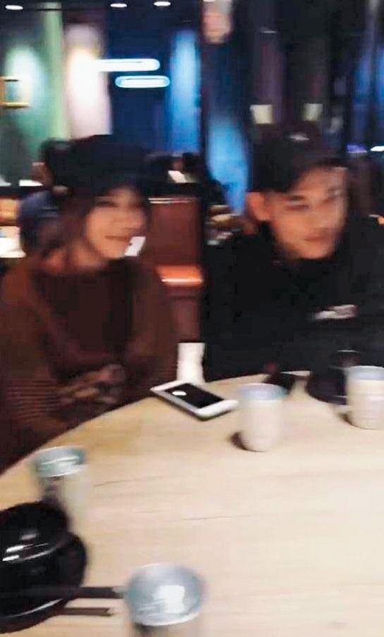劉佳佳和阿倉仍在熱戀中,還一同出席朋友聚會,友人的限時動態也無意帶到兩人坐在一起,交往傳聞並非空穴來風。(讀者提供)