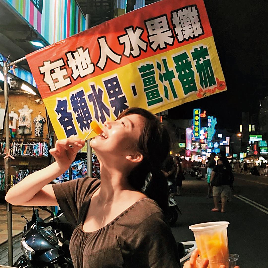 愛上台灣美食,小倉優香逛夜市吃得超開心。(翻攝自小倉優香IG)
