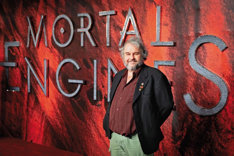 以《魔戒三部曲》名震天下的彼得傑克森,慧眼獨具改編《移動城市:致命引擎》,擔任製片提拔影壇新秀,放手讓大家發揮,頗有影壇大老威嚴。