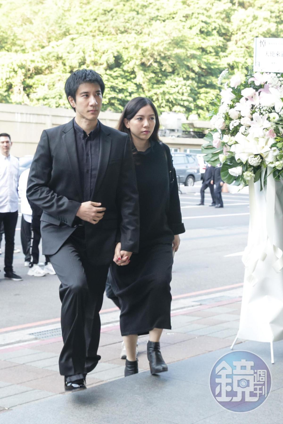 王力宏牽著老婆李靚蕾的手,出席告別式。