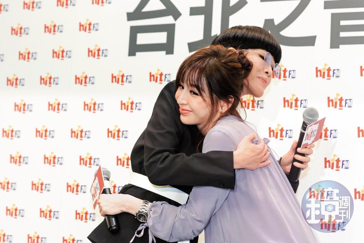 抱抱時,王心凌跟陳珊妮的下巴都非常具有攻擊性,尤其是陳珊妮。