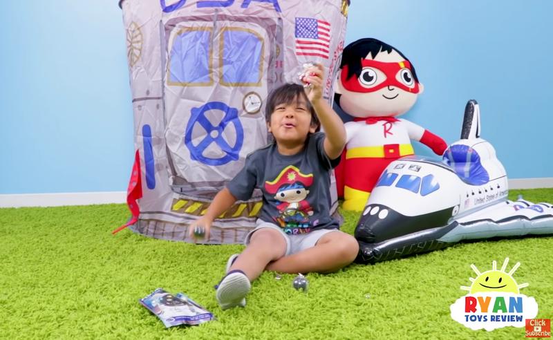 美國男童萊恩年僅7歲,憑著玩具開箱頻道「Ryan ToysReview」,年收入高達2,200萬美元。(翻攝自Ryan ToysReview YouTube頻道)