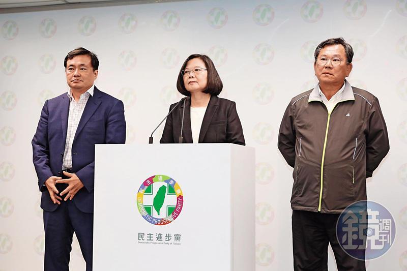 民進黨九合一大選慘敗,主席蔡英文(中)在開票日當晚辭職。