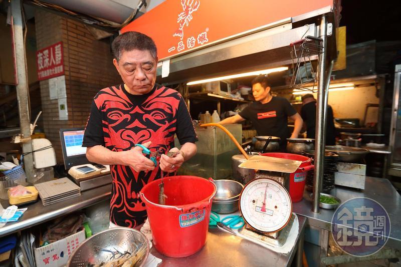 蕭文明剛創業時,父親蕭光熙(前)陪著他每天擺攤、剪蝦、送外賣。
