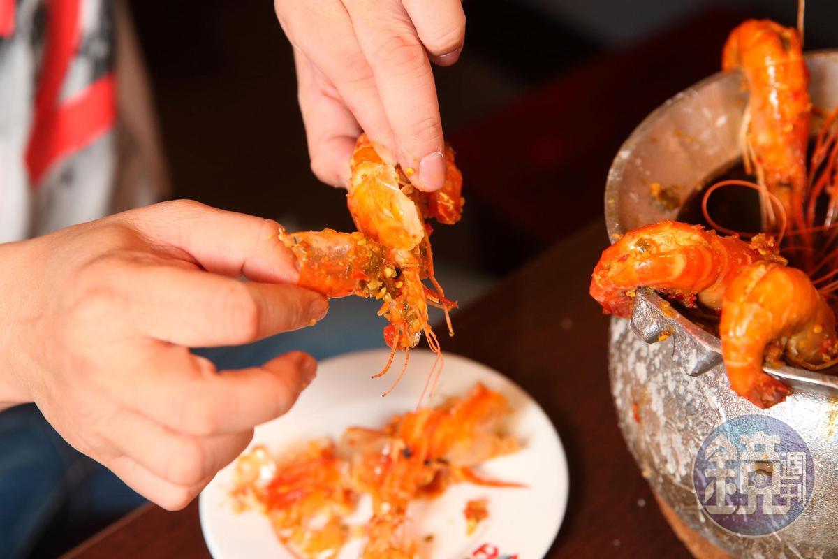 蝦子是雜食性底棲動物,蕭文明建食用前先剝開蝦頭、拿掉黑色的胃囊,避免吃到不乾淨的東西。
