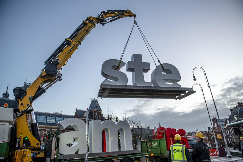 阿姆斯特丹市府昨下令拆除「IAmsterdam」巨型字母,許多民眾聽聞都到現場拍照留念。(東方IC)
