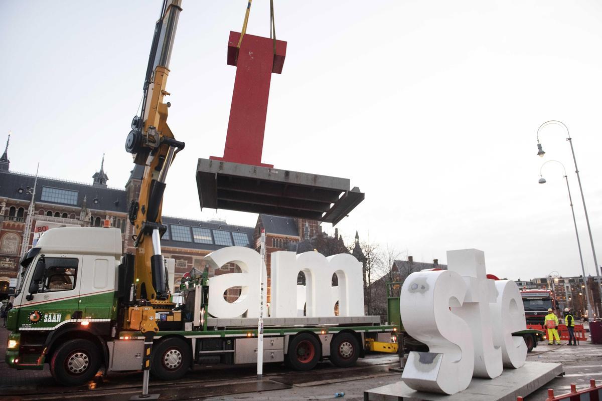 因為不堪負荷大量的人潮擠在國家博物館廣場前,阿姆斯特丹市議會決議拆除這幾個字母。(東方IC)