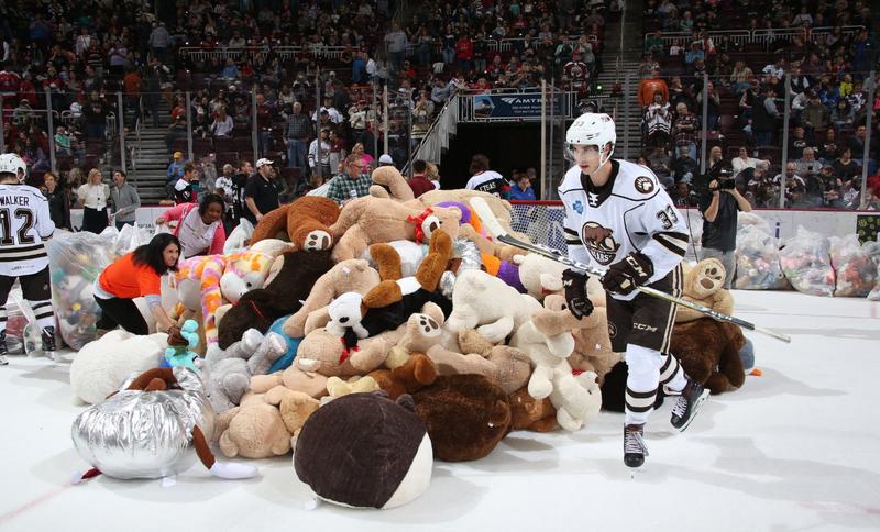 赫爾希棕熊隊進球後,球迷興奮地把各式各樣的泰迪熊,從觀眾席丟進場內,場面十分壯觀。(翻攝自AHL推特)