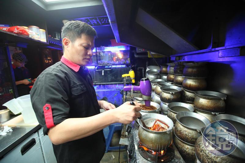 蕭文明融合粵菜手藝,特意讓料理更辣、更鹹,希望帶給客人刺激感,一吃上癮。