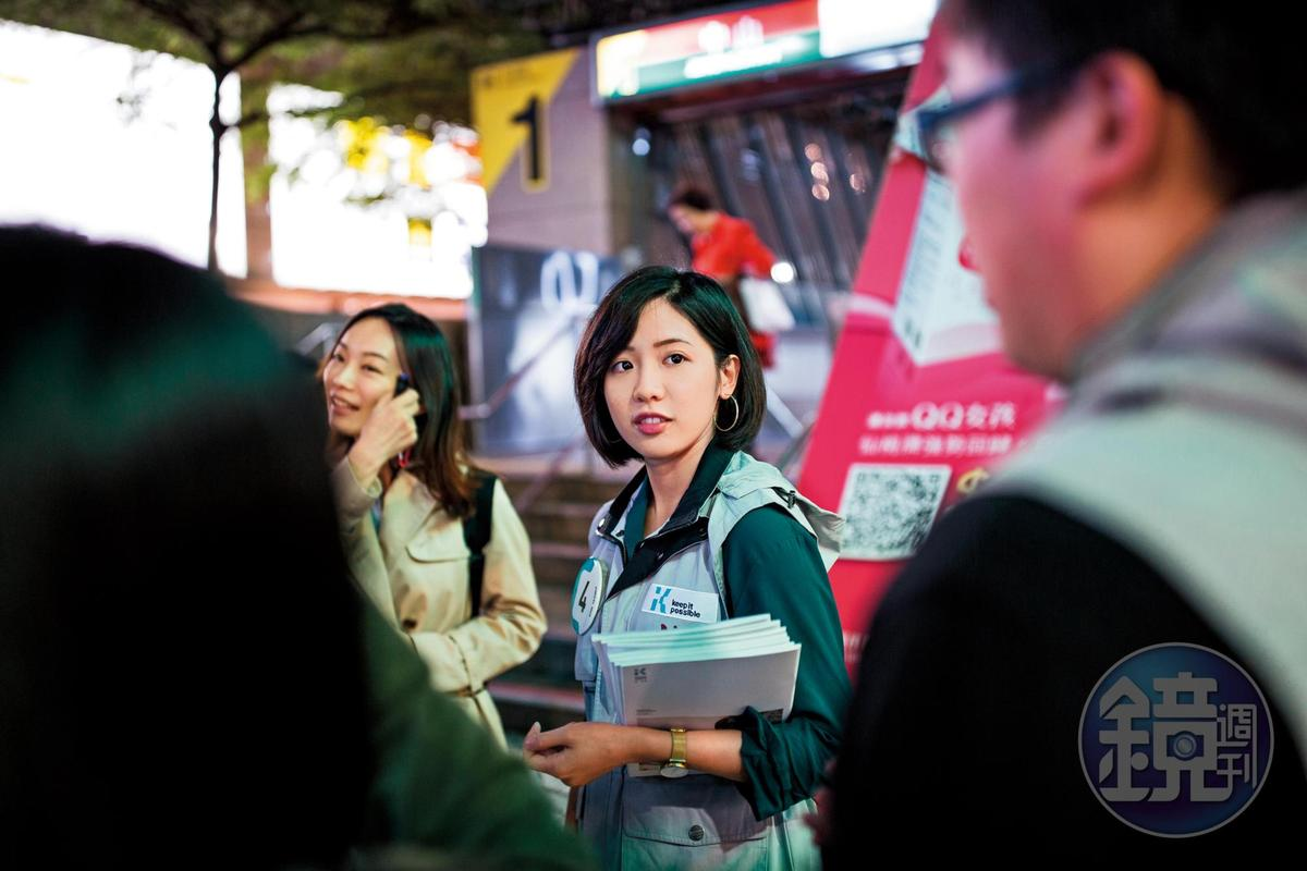 柯文哲身旁的「學姐」黃瀞瑩對台北市長勝選幫助頗大,她同時也是鄉民口中的女神之一。