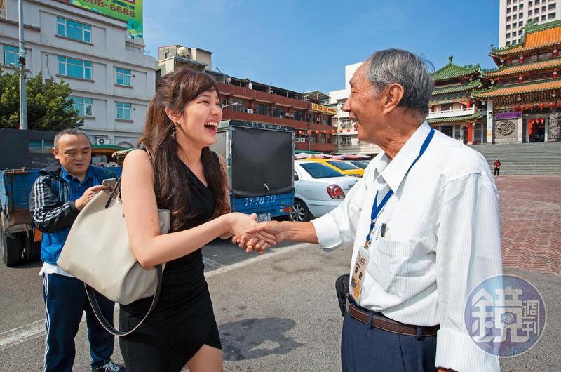 韓冰(左)待人處事跟應對進退都有一套,尤其很得長輩緣。