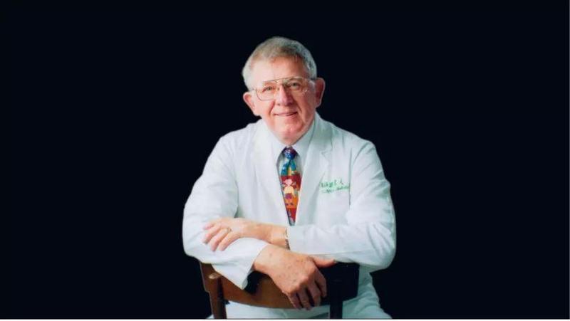 羅慧夫醫師在台醫療奉獻40年,為台灣建立了許多第一,不僅解決了唇顎裂孩童的顏面症狀,更為山區提供巡迴醫療車服務,補足山區醫療資源不足的遺憾。(圖取自羅慧夫顱顏基金會)