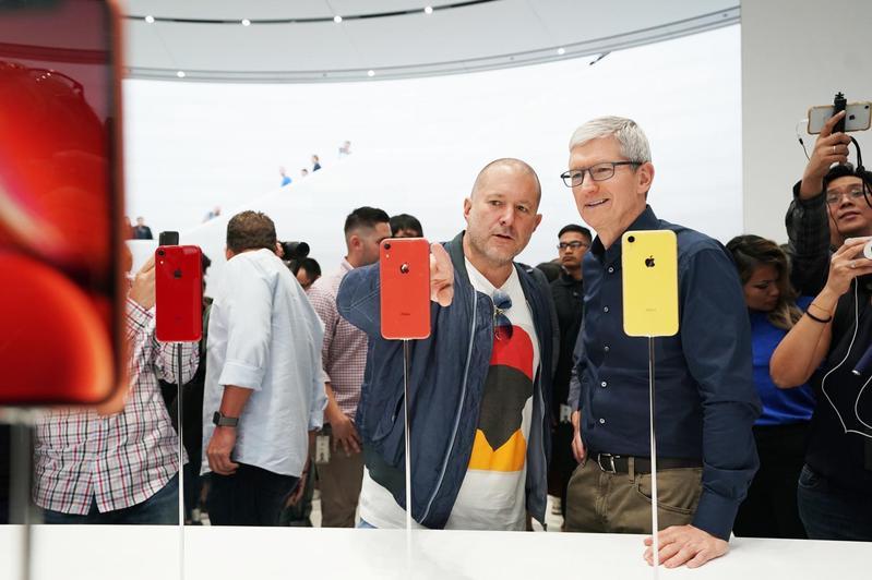 蘋果新iPhone銷售差,不僅重挫蘋果股價,執行長庫克更決定往後不再公布手機銷量。(翻攝自蘋果官網)