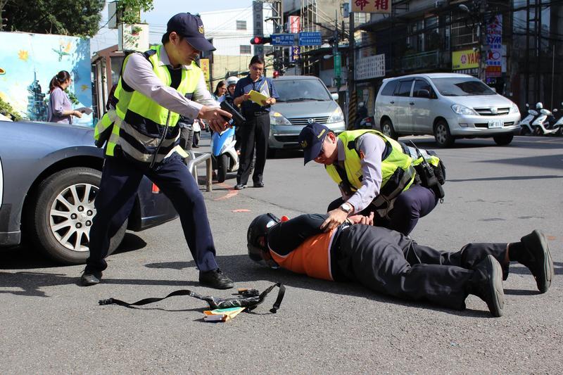 搶匪遭警方攔截圍捕當場制伏。(警方提供)