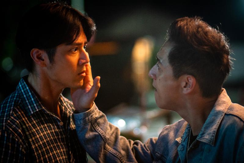 鄭人碩與胡宇威在《寒單》中成了對立局面,鄭人碩還挑釁地輕拍對方的臉頰。(想亮影藝提供)