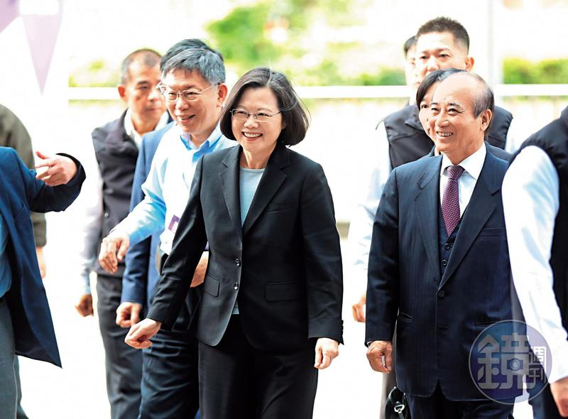 台北市長柯文哲選後首度與蔡英文總統同框,2人幾無互動,但綠白合作卻持續熱議。