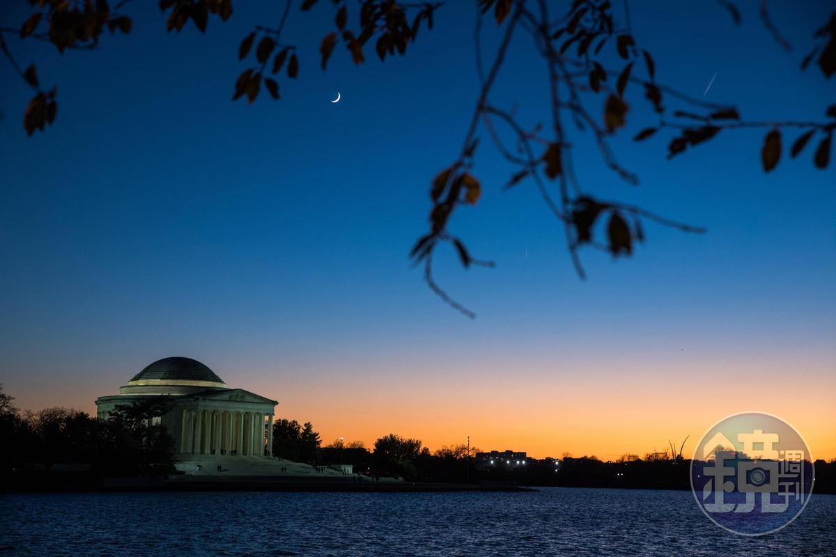 傑佛遜紀念堂最美的時間是傍晚,在水畔欣賞,遺世獨立。
