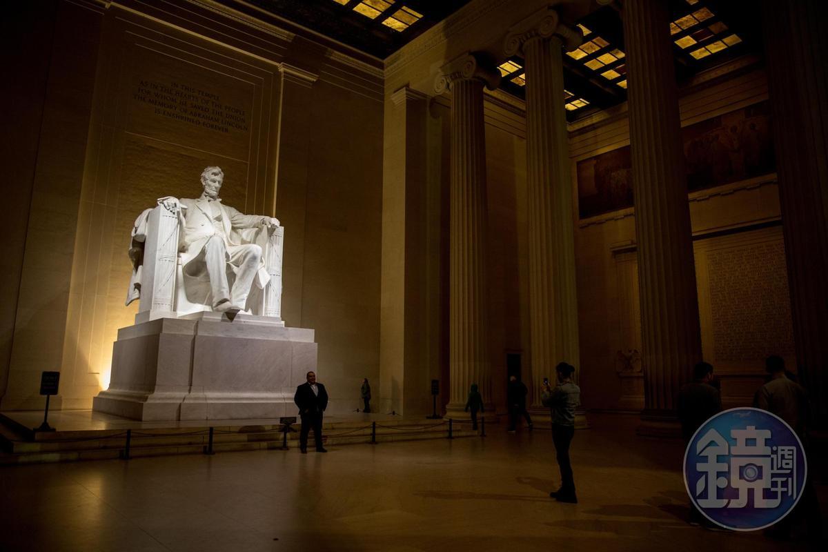 林肯紀念堂內,最適合走訪的時間其實是夜間。