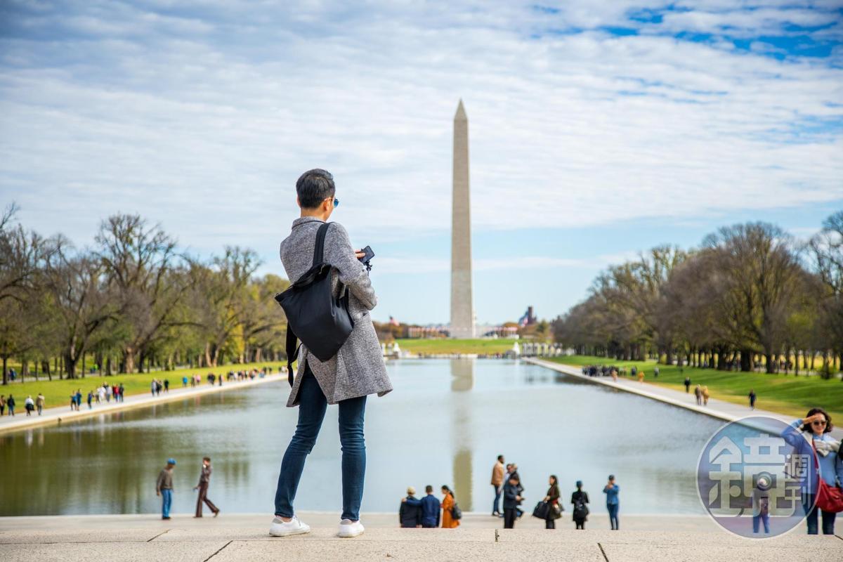 站在林肯紀念堂前方,可以將華盛頓紀念碑收入眼底。在華府,任何建築皆不允許高過華盛頓紀念碑,以示尊敬。