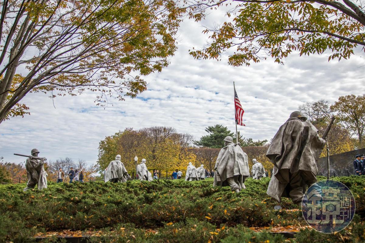 走入樹叢中,十九名士兵皆比真時尺寸略大,穿著作戰衣著,以杜松與大理石碑排成列,代表韓戰時高低起伏地形。