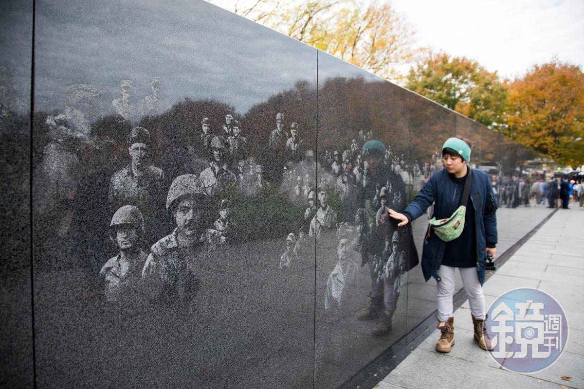 韓戰紀念碑的黑色花崗岩,可以見到2500幅戰爭士兵臉孔,以噴砂方式出現在牆上。