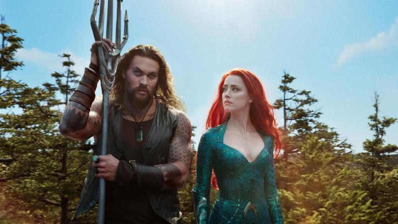 傑森摩莫亞(左)飾演水行俠亞瑟庫瑞,安柏赫德飾演梅拉公主,他們必須一起阻止亞特蘭提斯爆發的戰爭危機。(華納兄弟提供)