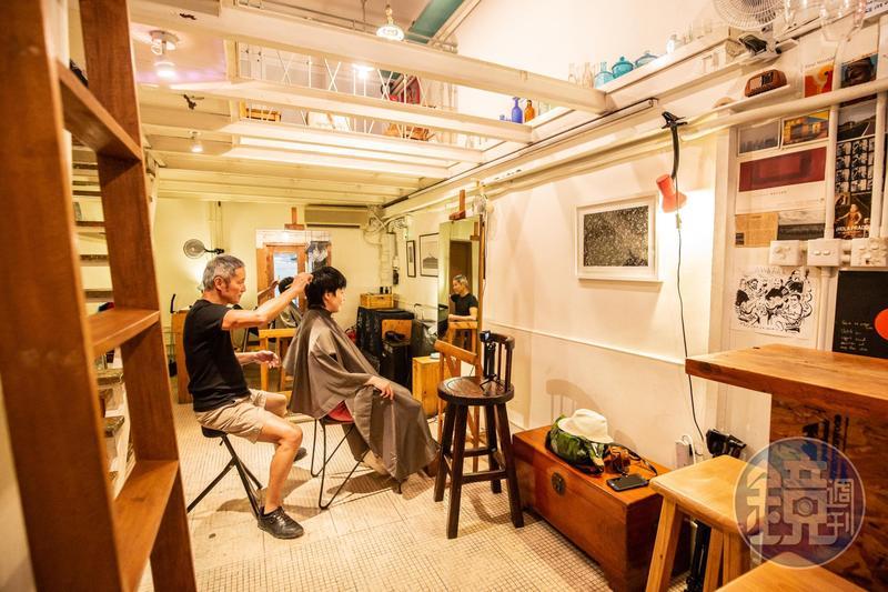 與其說是髮廊或酒吧,「Visage One」更像是主人Banky的個人創作工作室。