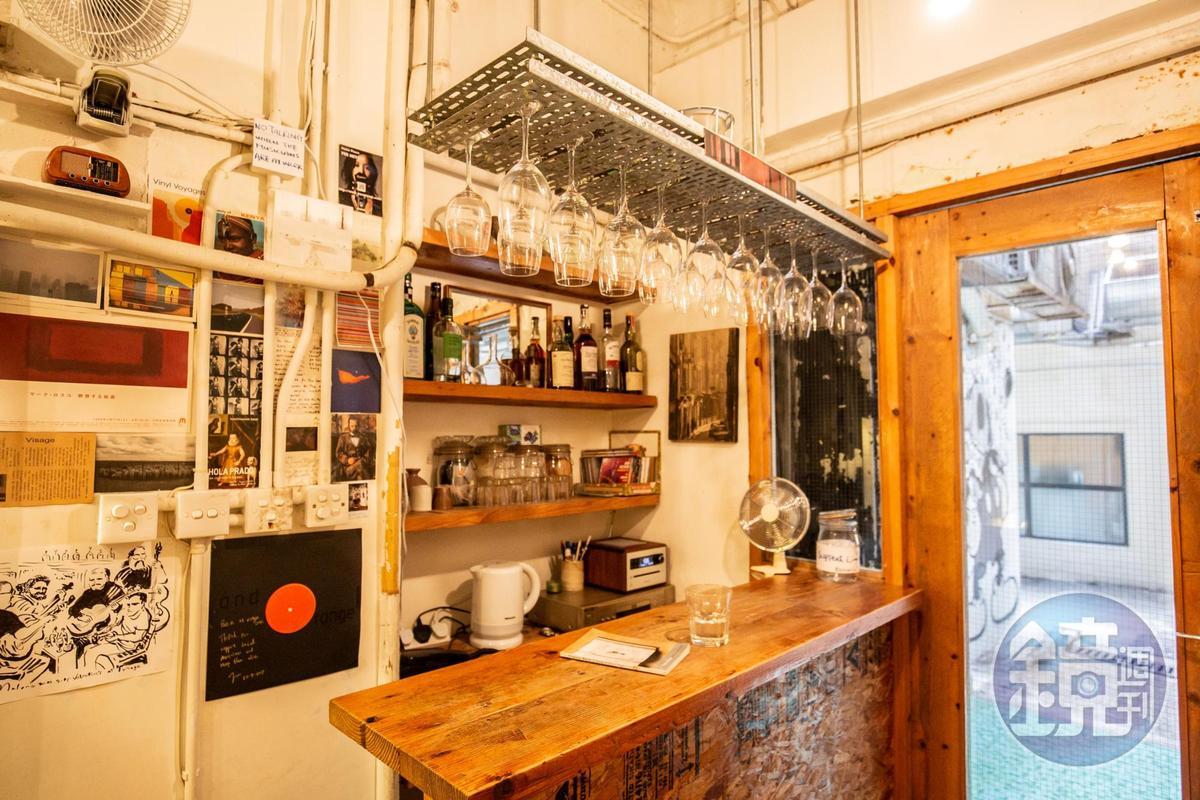 擺上酒杯與酒瓶的吧台,是為了週六晚上的音樂做準備。
