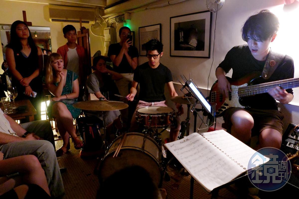 在只有10坪不到的空間裡,擠滿超過50人,只為了聆聽這一晚的爵士樂。
