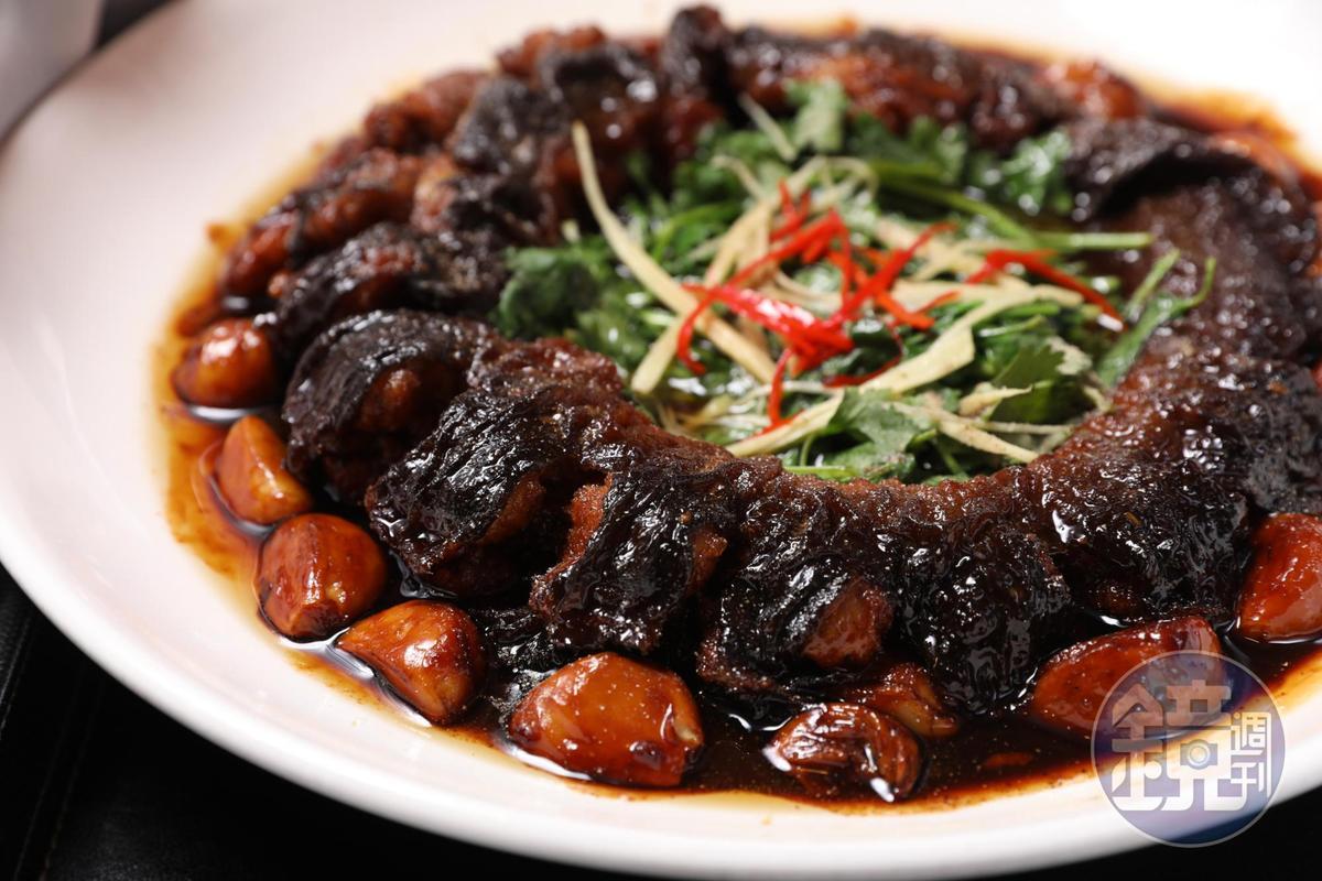 「蒜子燒河鰻」很考功夫,濃油赤醬,皮厚腴香,蒜子燒得入口即化,人人搶食。