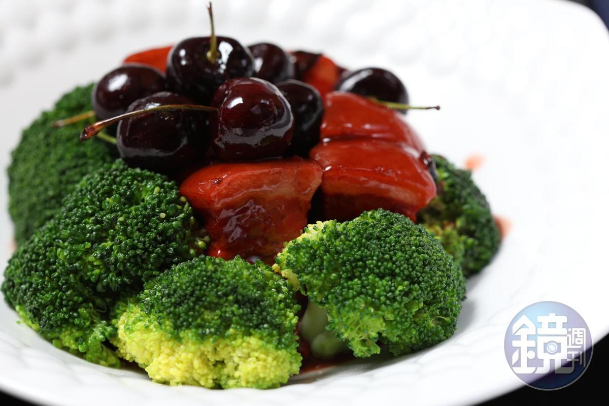 「車厘子紅米汁燒肉」是肉嫩形美味香的紅燒肉代表作。