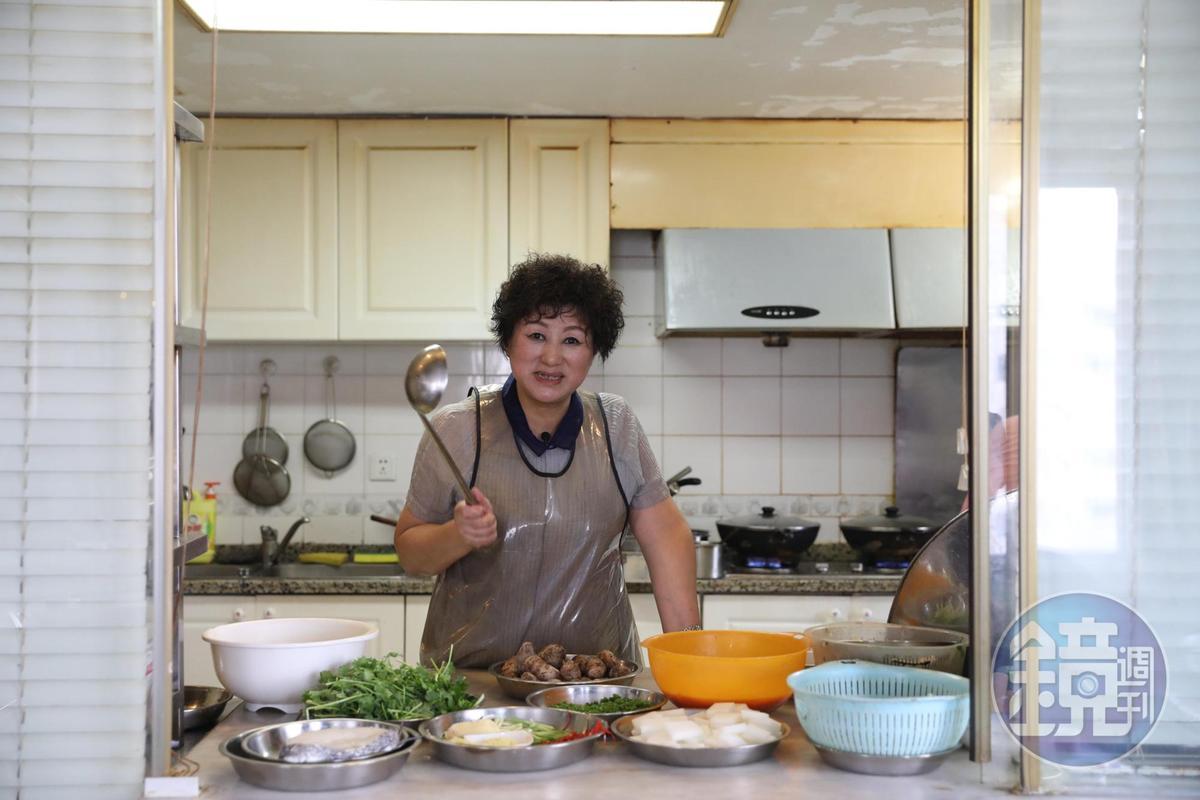 廚房開了一扇窗,讓饕客能瞧見汪姐做菜的模樣,汪姐也能隨時注意客人需求,適時調整。