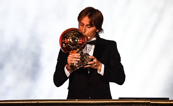 莫德里奇奪下金球獎,終結了梅西和C羅對這項榮譽10年的壟斷。(翻攝自B/R Football推特)