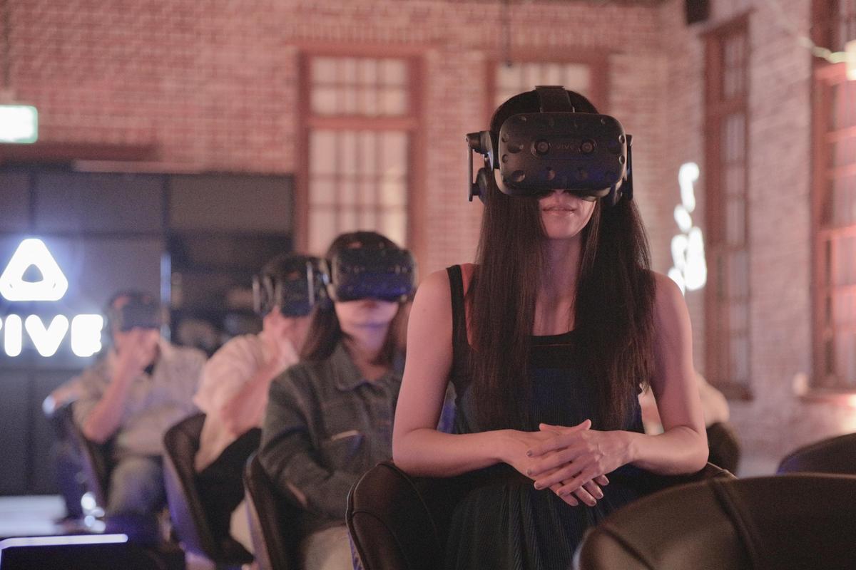 戴上VR頭盔欣賞作品的吳可熙。(金馬獎執委會提供)