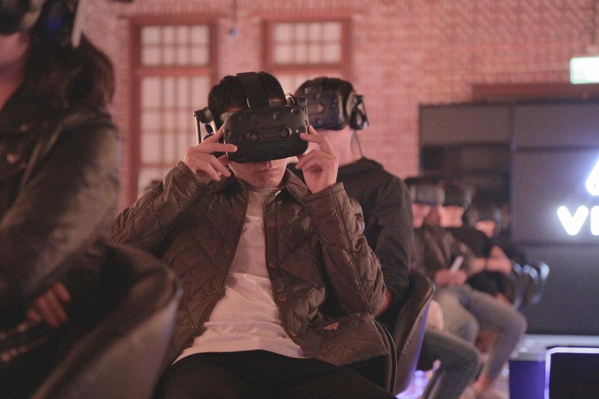 戴上VR頭盔欣賞作品的趙德胤。(金馬獎執委會提供)