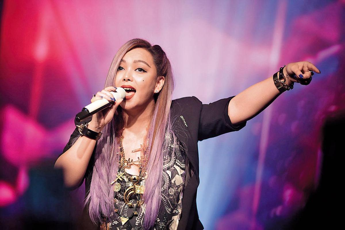 藝人張惠妹曾受邀前往新加坡,在Financial.org的開幕大會中演唱。(翻攝自Financial.org網站)